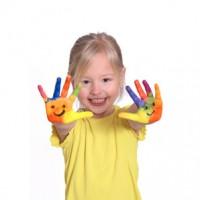 kleines Mädchen mit bemalten Händen